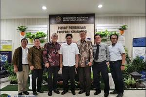 Halim Santoso Foto Bersama Dengan Ketua P2PK ( Pusat Pembinaan Profesi Keuangan )
